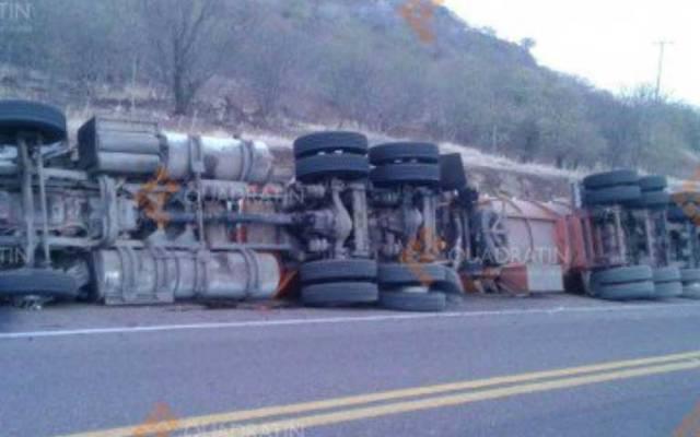 Volcadura de tráiler en Autopista Siglo 21 deja un herido - Foto de Quadratín