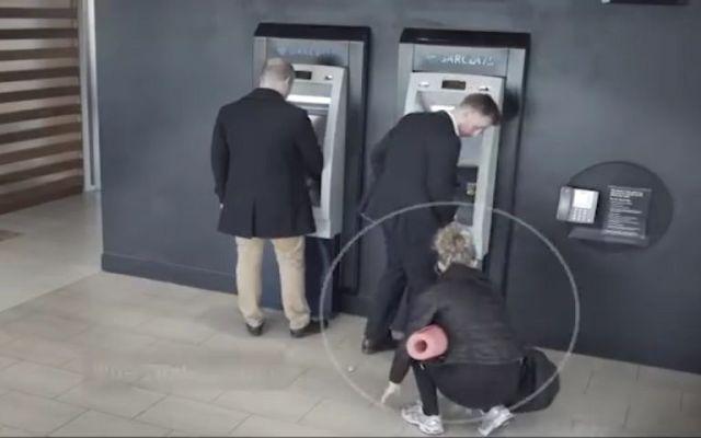 Video: por qué no se debe distraer en los cajeros