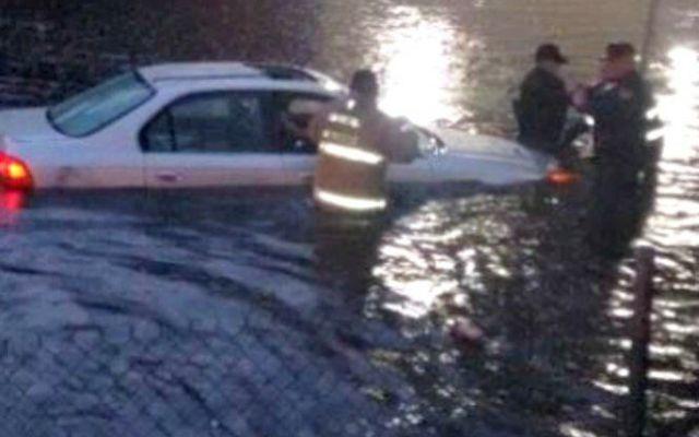 Inundación atrapa a dos automovilistas en la Ciudad de México - Foto de internet