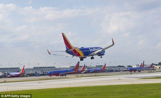 Galería: avión aterriza de emergencia por explosión en motor