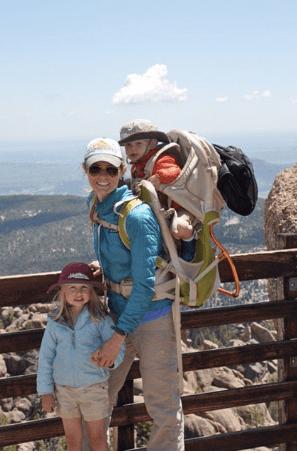 Chelsey con sus dos hijos