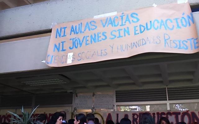 Realizan toma de oficinas en la FES Acatlán - Foto de @panitaaa_