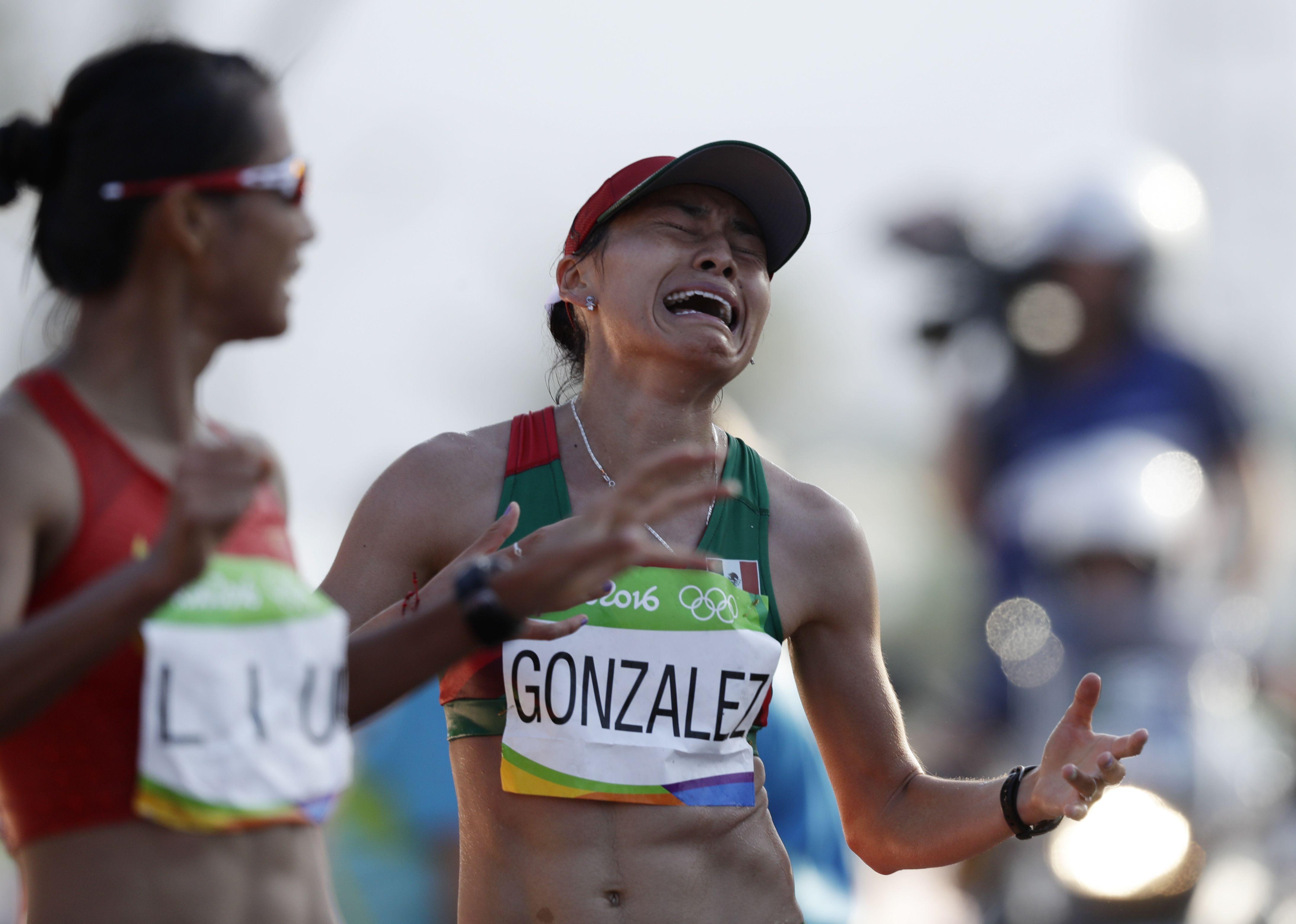 La mexicana Guadalupe González reacciona luego de conseguir la medalla de plata en la marcha de 20 kilómetros en los Juegos Olímpicos de Río de Janeiro. Foto de AP.
