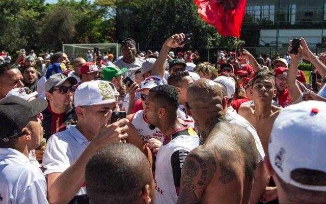 Video: invaden aficionados entrenamiento del Sao Paulo y agreden a jugadores - Foto de globoesporte.