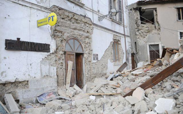 Sin reporte de mexicanos afectados por terremoto en Italia: Embajada - Una oficina del servicio estatal de correos rodeada de escombros en la localidad de Arcuata del Tronto. Foto de AP.