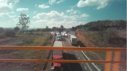 Choferes de tráileres retenidos en Nochixtlán bloquean autopista - Foto de @fabisonata