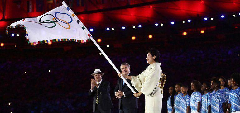 Gobernadora de Tokio llega con la bandera olímpica a su país