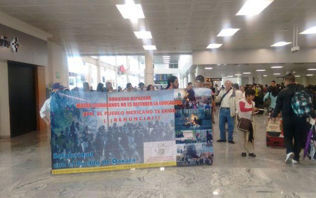Maestros protestan en el aeropuerto de Guadalajara - Foto de @NTRGuadalajara
