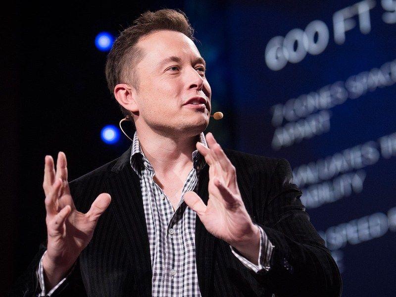 Elon Musk durante una conferencia. Foto de TED
