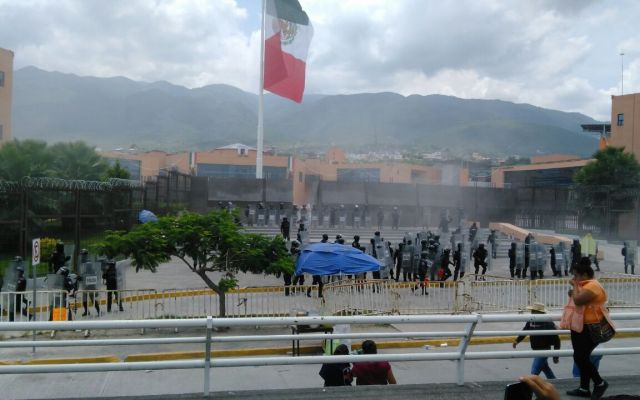 Video: maestros se enfrentan con policías en Chilpancingo