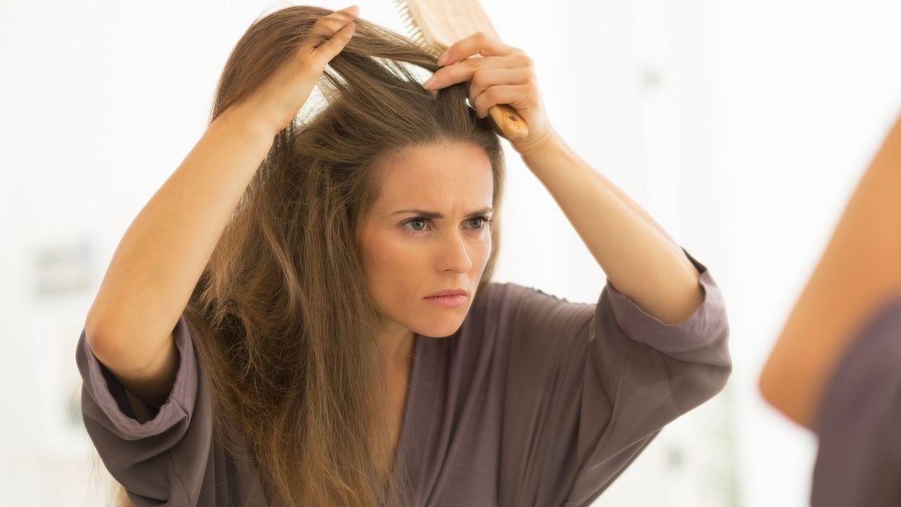 Las mujeres tienden a sufrir más la caída del cabello que los hombres. Foto de emphower.