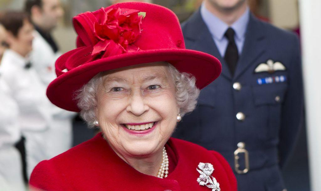 La reina Isabel II maneja camioneta por Escocia