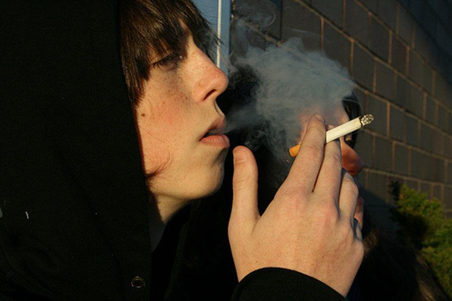 Adolescente fumando. Foto de Jenkemsmag