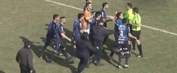Video: árbitro expulsa a ocho jugadores de un equipo