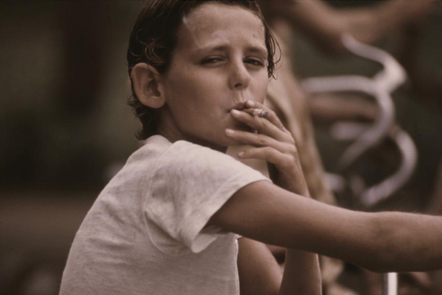 Adolescente fumando. Foto de Fines Arts America