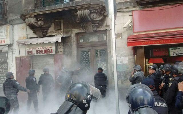 Granaderos desalojan predio en Bucareli