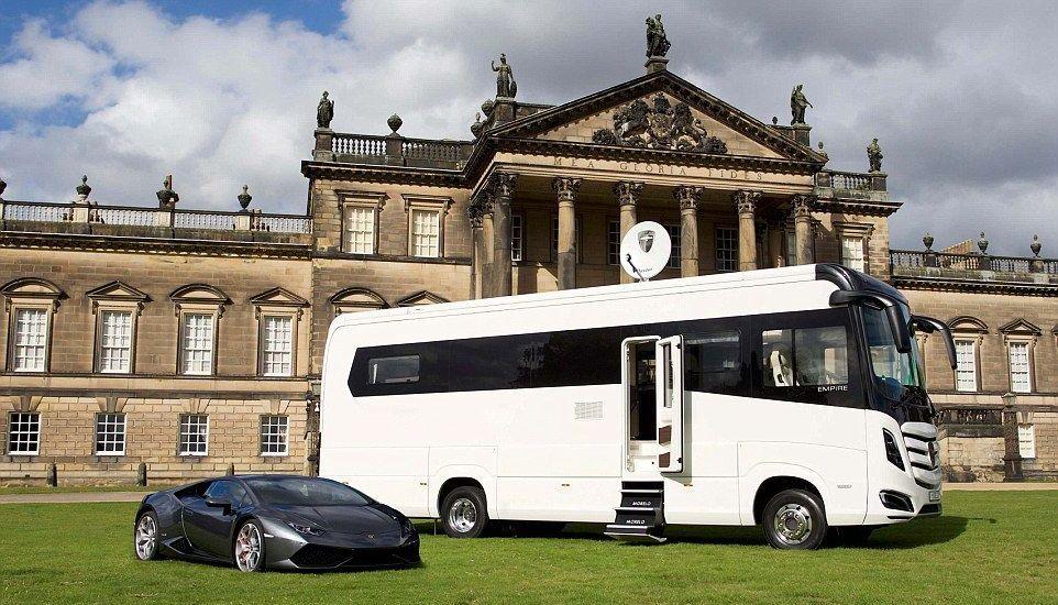 El camper más lujoso del mundo - El Morelo Empire Liner al lado de un Lamborghini Aventador. Foto de SWNS