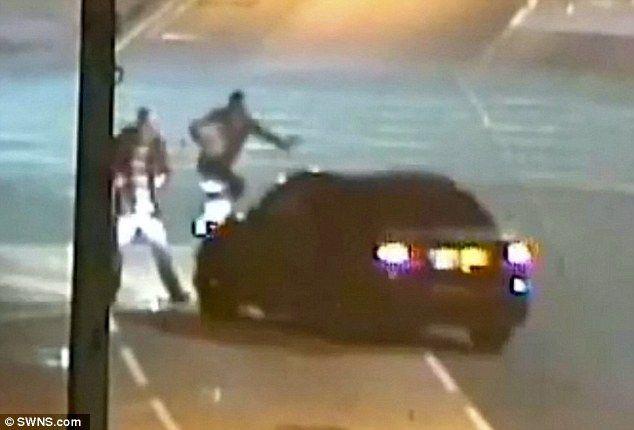 Video: conductor atropella intencionalmente a dos peatones