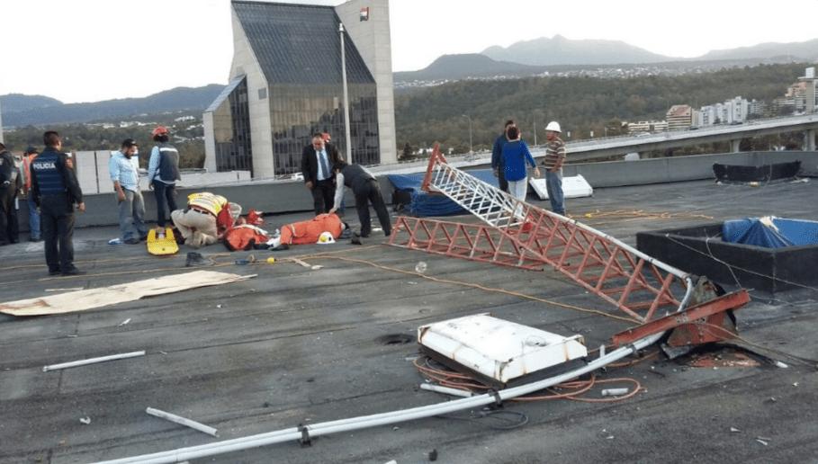 La antena colapsó y lesionó a dos trabajadores. Foto de Twitter