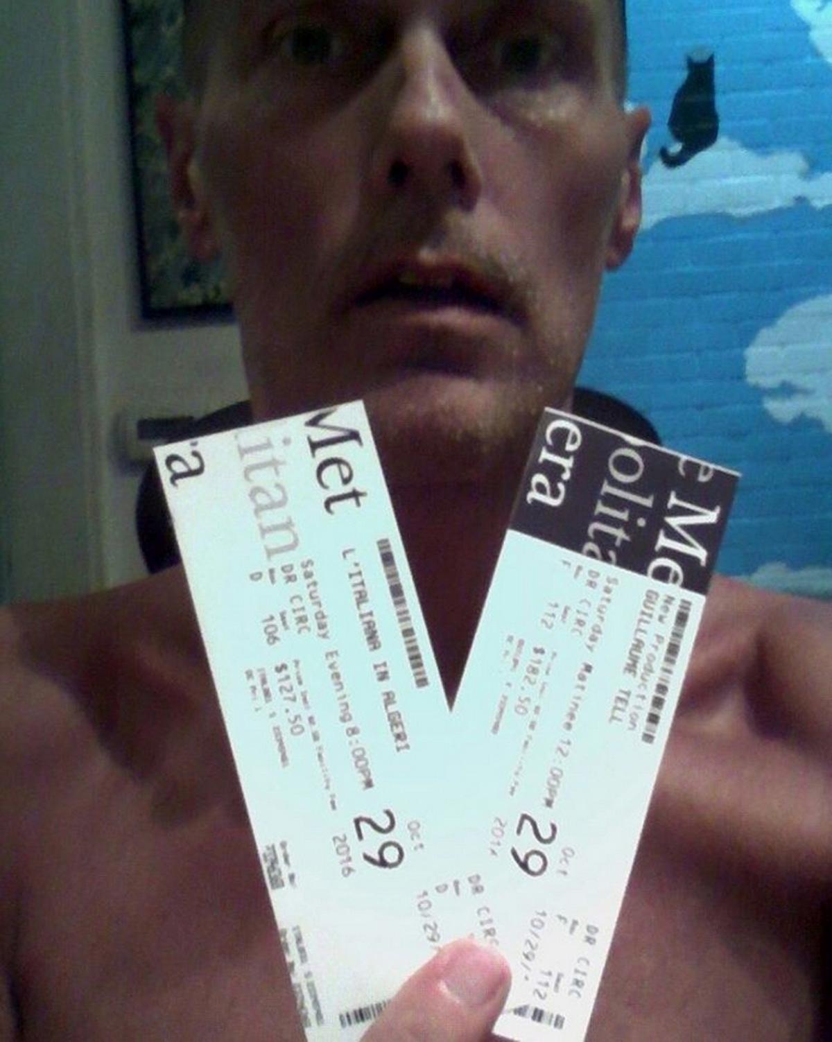 El hombre días antes había subido fotos de los boletos para la función en su perfil de Instagram. Foto de nydailynews.