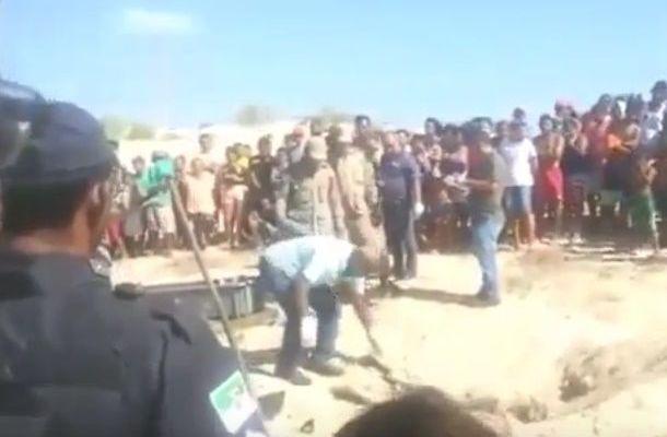 Video: forense ebrio llega por cadáver y cae encima de él