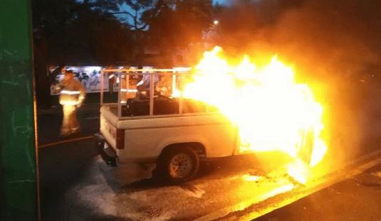 Se incendia camioneta en Eje 5 Sur