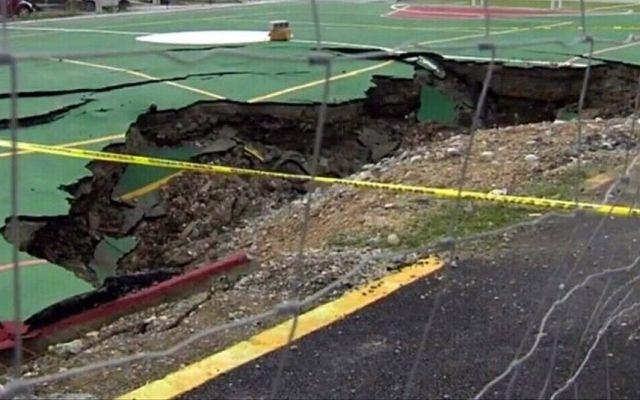 Socavón arruina inauguración de cancha deportiva en Nuevo León - La cancha.