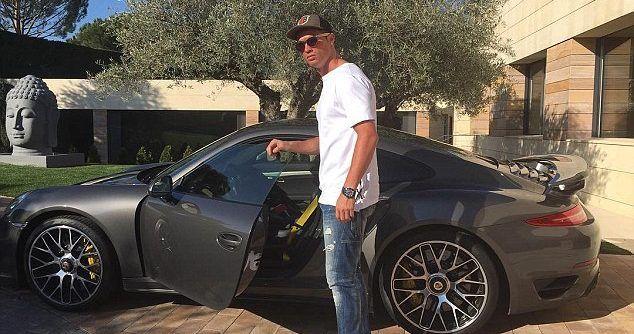 Cristiano Ronaldo presume sus autos de lujo - Foto de Internet