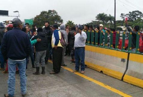 Bloquean autopista Puebla-Córdoba