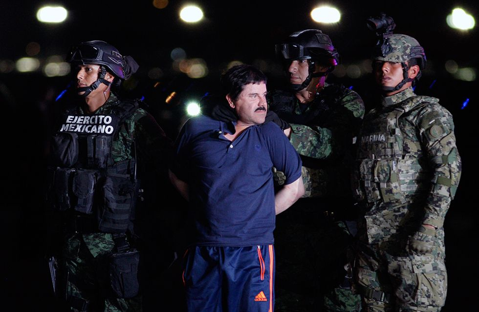 Joaquín 'El Chapo' Guzmán en un hangar federal de la Ciudad de México tras ser capturado. Foto de AFP