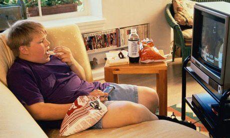 Más de 5 horas frente a TV o dispositivos aumenta riesgo de obesidad