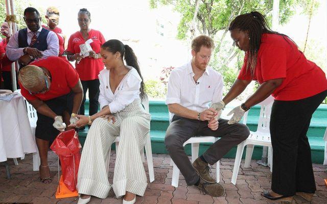 Rihanna y el príncipe Enrique se hacen la prueba del sida en Barbados