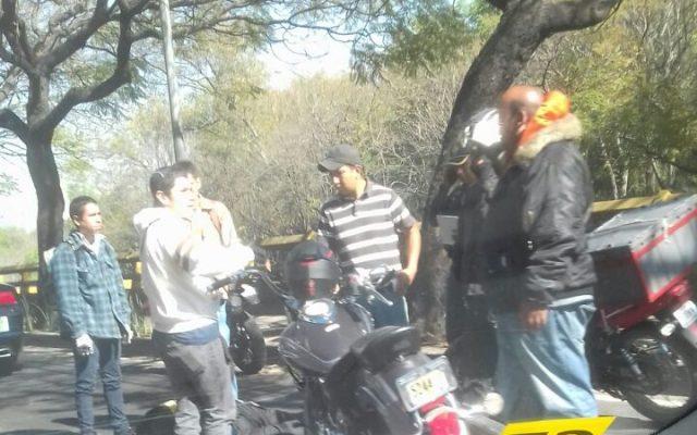 Motociclista sufre accidente en lateral del Perfiférico