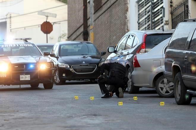 Balean una casa y 3 vehículos en Monterrey