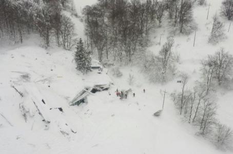 """""""Mis hijos están bajo la nieve"""": sobreviviente de avalancha en Italia - El hotel sepultado bajo la nieve. Foto de Reuters"""