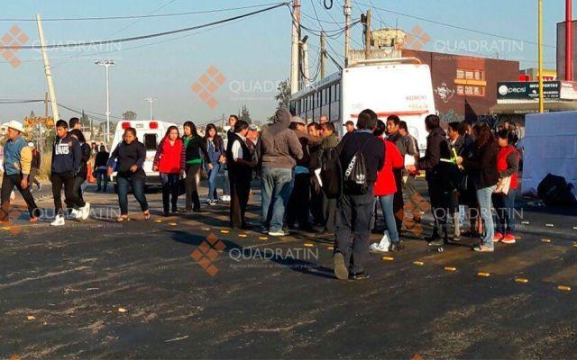 Hombres armados con palos y machetes realizan bloqueo en Oaxaca - Foto de Quadratín