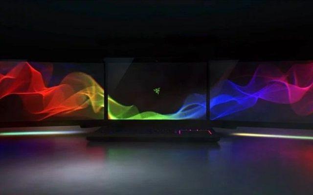 La laptop para videojuegos con tres pantallas