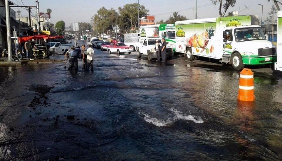 Caos vial por fuga de agua en Calzada Ermita Iztapalapa - Foto de Reforma
