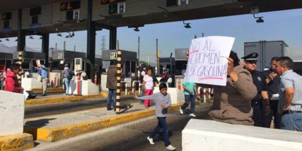 Prevén toma de casetas por alza en precios de gasolinas - Foto de Milenio