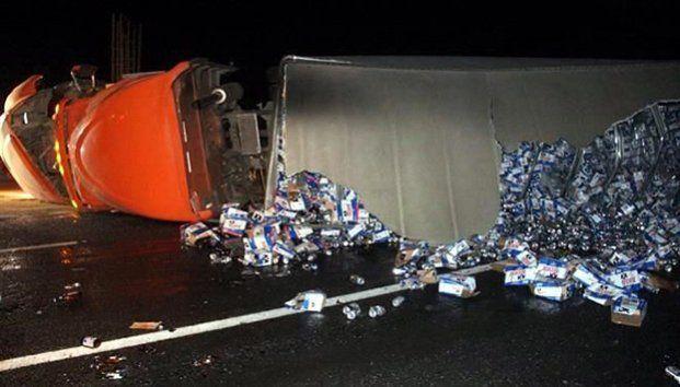 Vuelca tráiler con cerveza en la carretera Saltillo-Monterrey - Foto de Internet