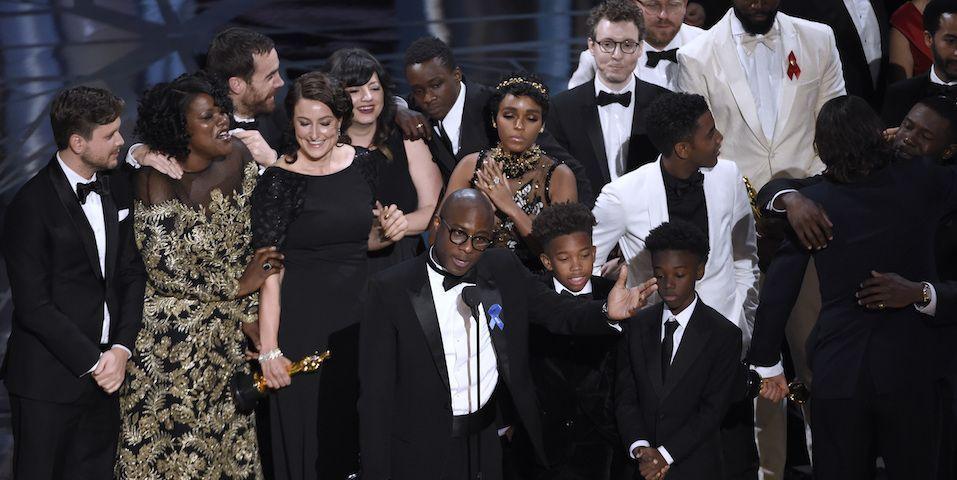 'Moonlight' gana Óscar a Mejor película tras error que daba la victoria a 'La La Land' - Al final, Barry Jenkins recibe el premio por Mejor Película
