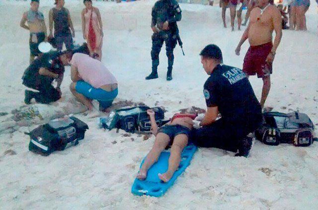Rescatan a cinco personas a punto de ahogarse en Cancún