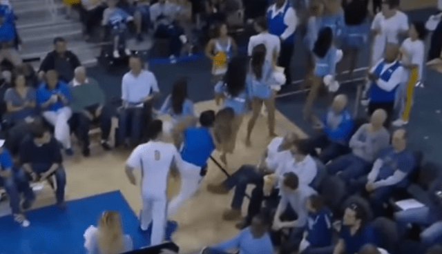 Video: doble caída de una porrista durante partido de basquetbol - Captura de pantalla