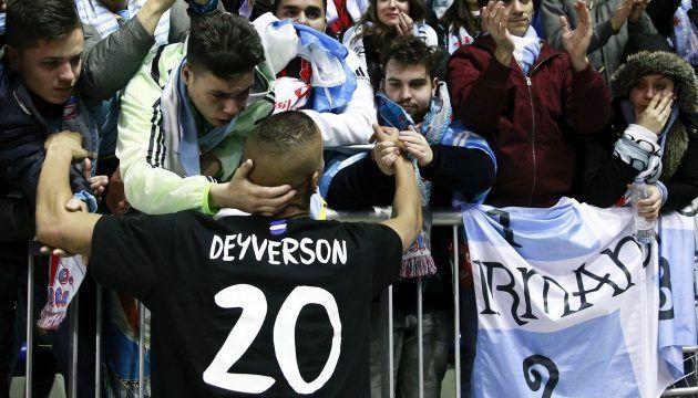Video: jugador consuela a aficionados rivales - Foto de Getty Images
