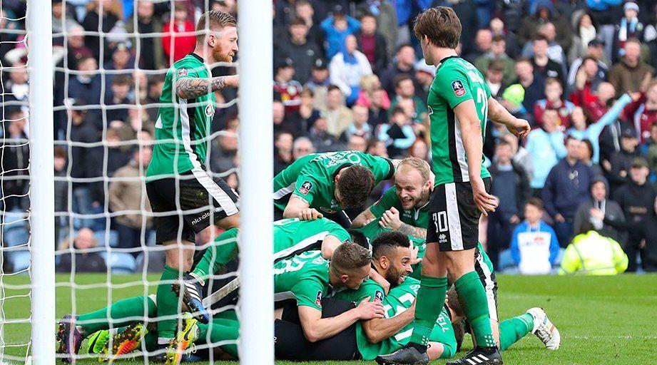 Equipo amateur llega a cuartos de final de la FA Cup después de 103 años - Jugadores no profesionales celebrando la hazaña. / @GolGana_
