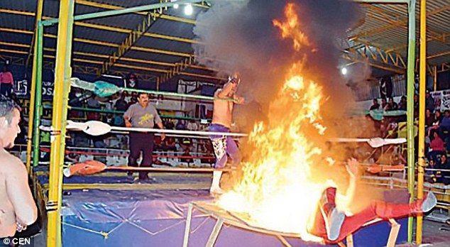 Video: luchador mexicano termina envuelto en llamas durante lucha - Foto de CEN