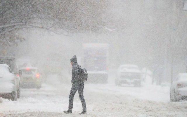 Esperan que La Niña se forme este invierno - Un hombre cruza una calle mientras cae la nieve en Brooklyn, Nueva York. Foto de Mashable