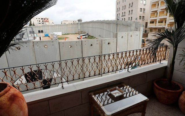 Banksy interviene hotel con vista al muro de la frontera Palestina