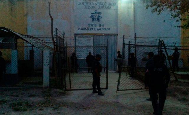 Reos retienen a director de penal en Oaxaca