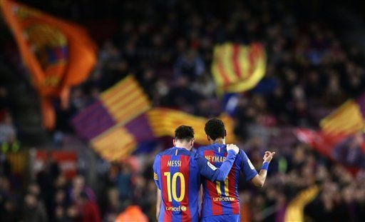 Video: aficionados impiden a Messi salir del Camp Nou - Foto de AP